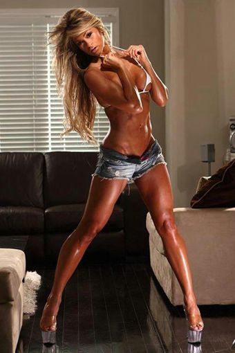 筋肉質な海外の女性